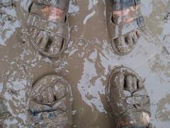 Füße im Schlamm